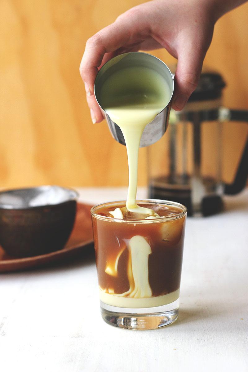 фото процесса добавления сгущенки во вьетнамский кофе