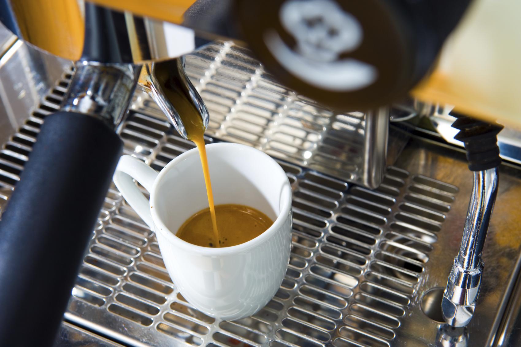 фото как правильно делать эспрессо в кофемашине дома