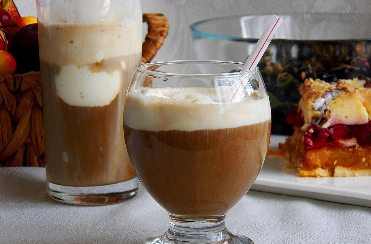 фото кофе глясе с мороженым в бокале