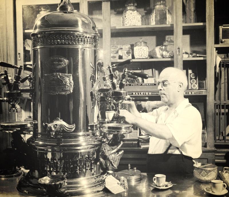 фото первой в мире кофемашины Луиджи Беццера
