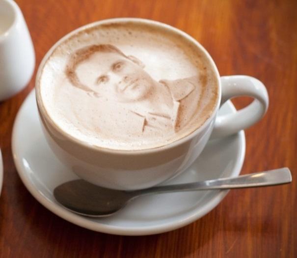 фото портрета на чашке с капучино