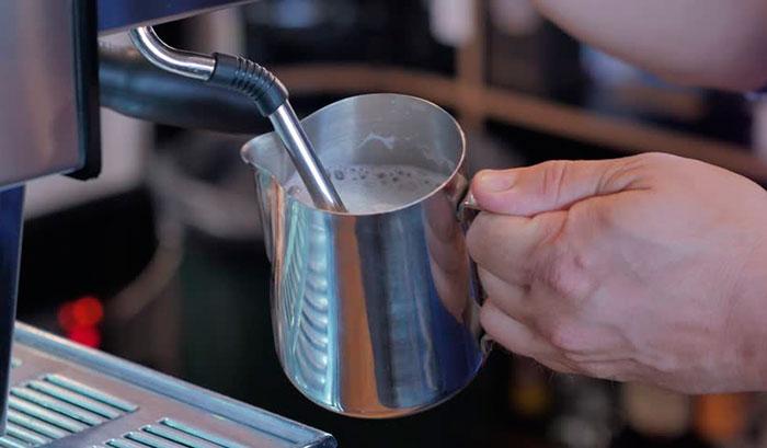 фото как правильно взбивать молоко для приготовления кофе эспрессо макиато