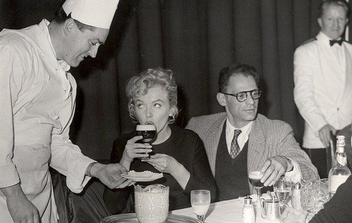 фото Мерлин Монро пьет ирландский кофе