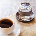 поочему кофе подают с водой