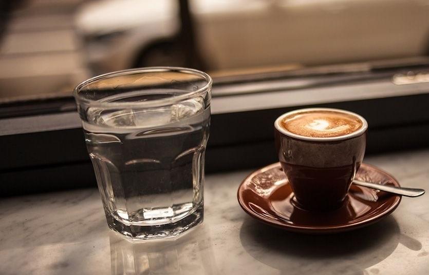 воду нужно пить до или после кофе