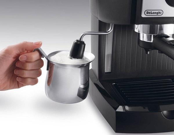 фото как взбивать молоко для кофе капучинатором кофемашины