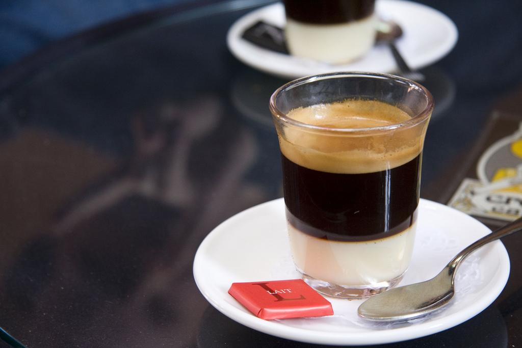 фото как правильлно пить кофе бонбон