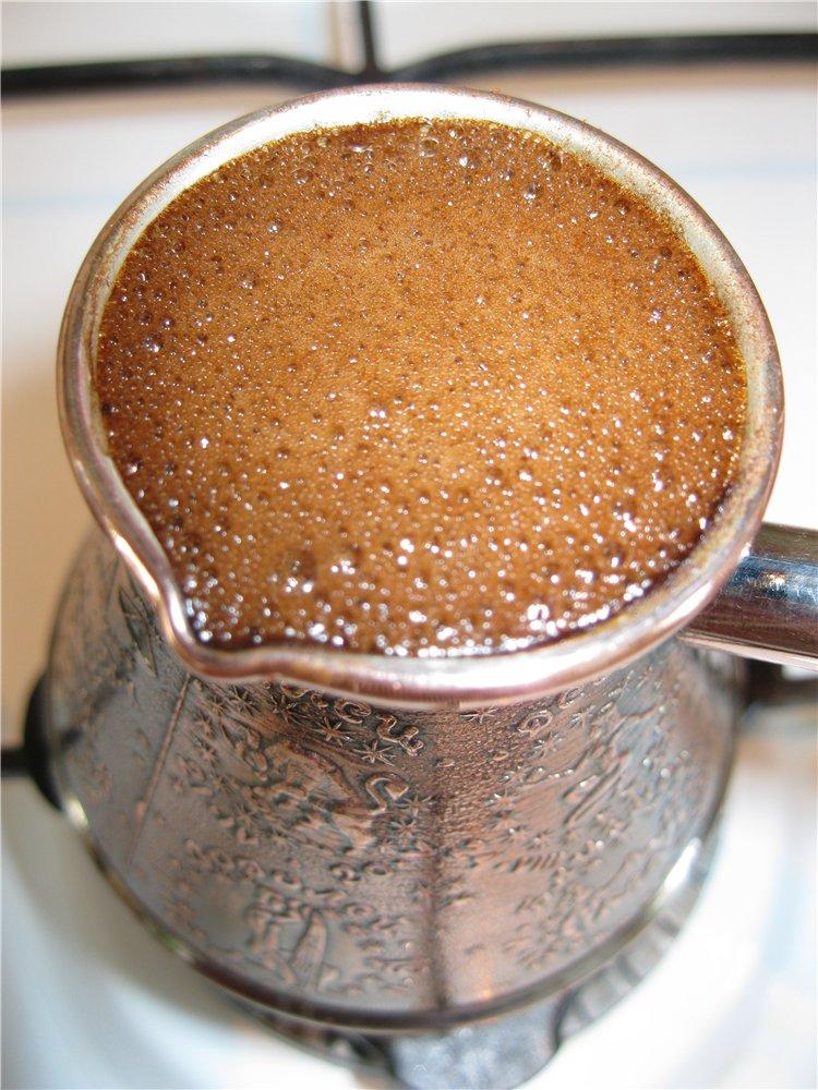 фото вкусного кофе с пенкой в турке, сваренного в домашних условиях