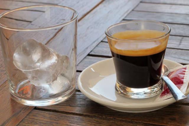 фото кофе кон йело, приготовленного в домашних условиях