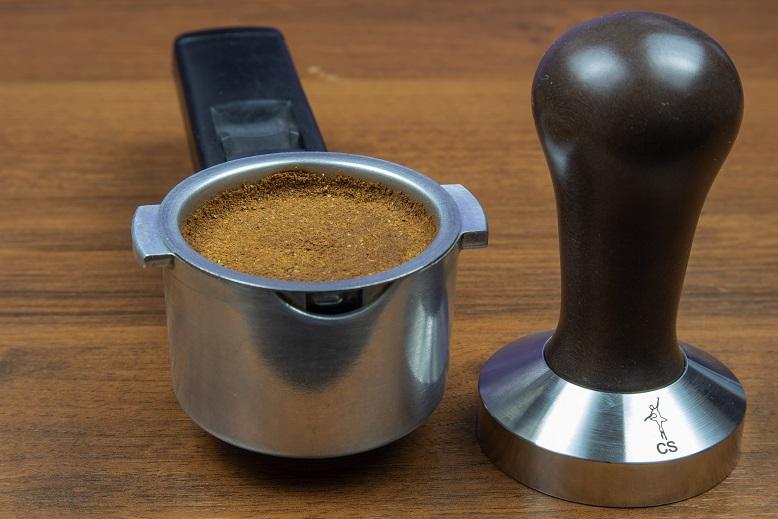 фото правильно утрамбованного кофе темпером