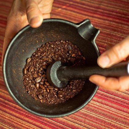 фото как измельчать кофе пестиком в ступке