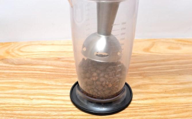 фото как молоть кофе блендером