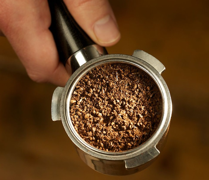 фото заваривания ячменного напитка в эспрессо кофеварке