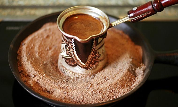 фото турецкого кофе на песке