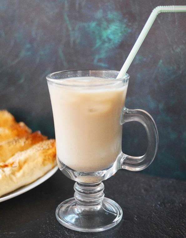 холодный тайский кофе с кокосовым молоком и льдом